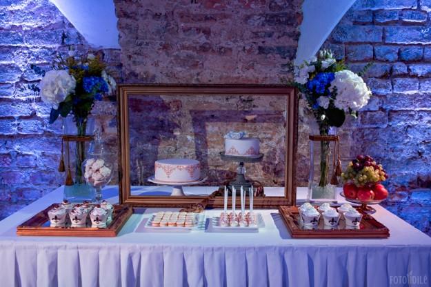 Mėlynų vestuvių dekoras - saldusis stalas