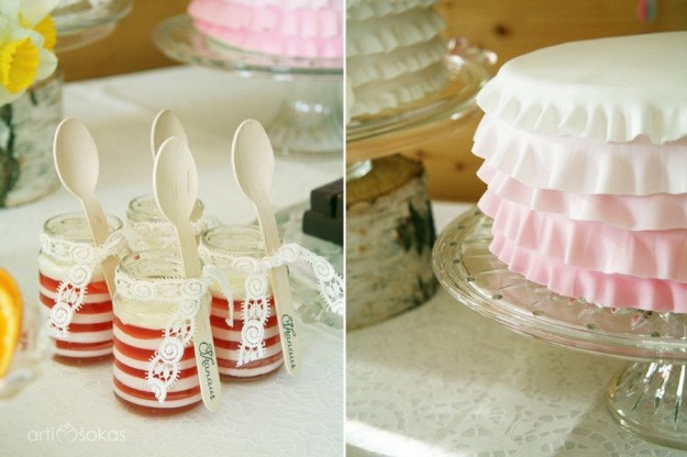 Saldaus stalo dekoras: želė stiklainėliuose su mediniais šaukšteliais