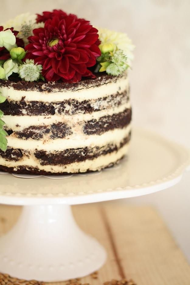 Šokoladinis vestuvių tortas - su atvirais biskvitais