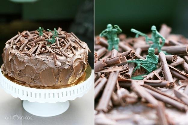 Karinės temos gimtadienio tortas su kareivukais