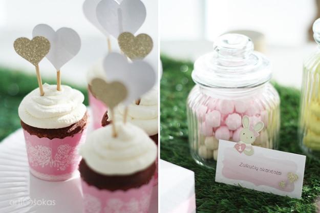Rožiniai keksiukų indeliai ir stalo kortelės