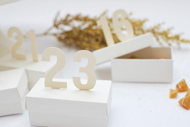 Advento kalendorius dėžutėse su skaičiais