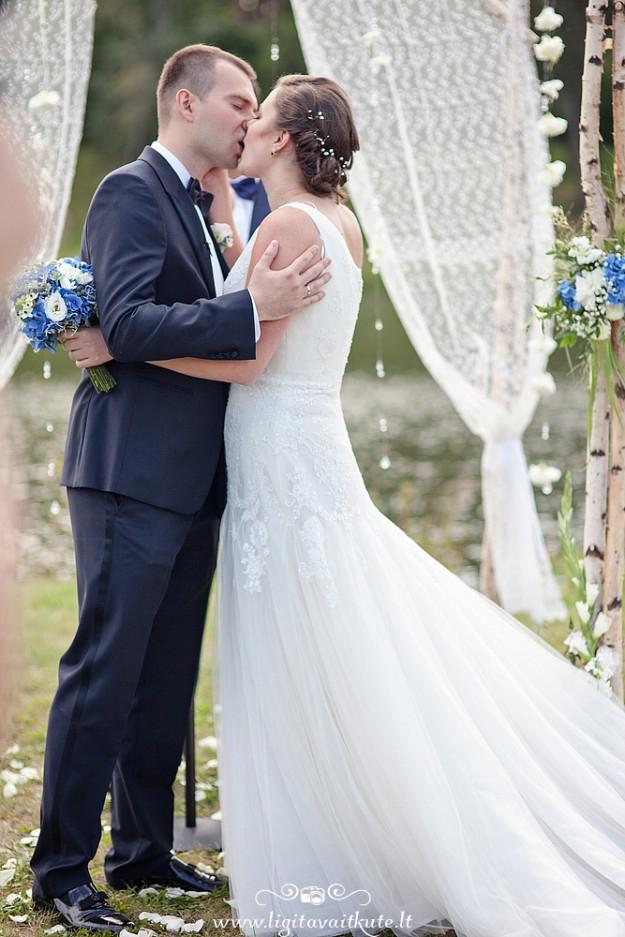 Santuoka lauke, vestuvių arka, ceremonijos vietos dekoras