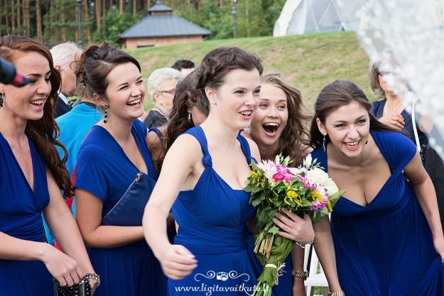 Pamergės su mėlynomis suknelėmis