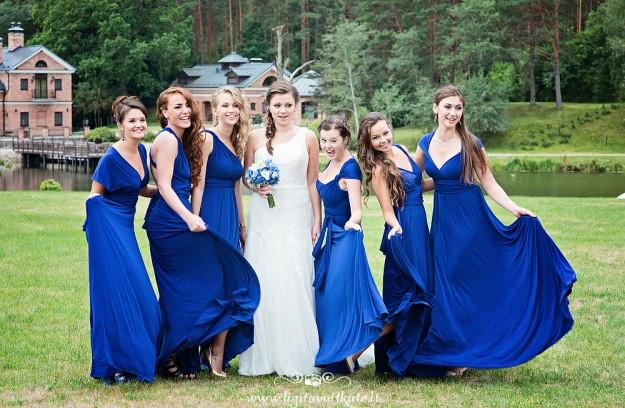 Jaunoji ir pamergės su mėlynomis suknelėmis