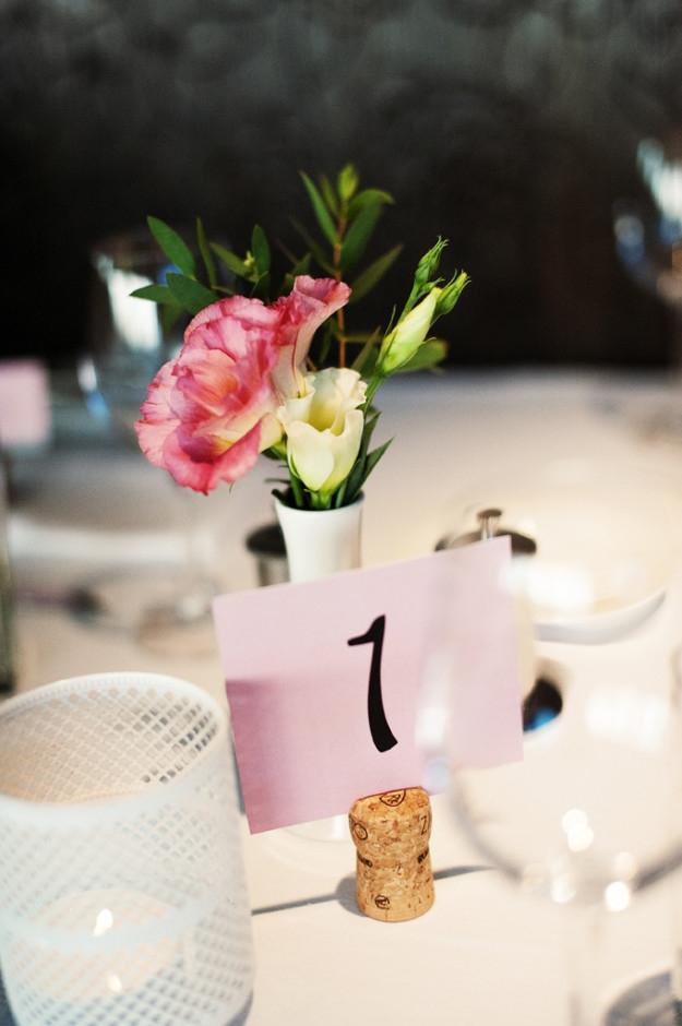 Vestuvių spaudos kanceliarija - stalo numeriai ant vyno kamščių
