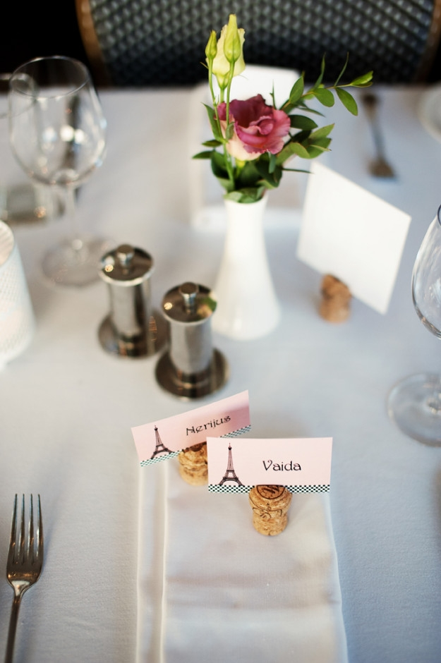 Vestuvių spaudos kanceliarija - vardų kortelės ant vyno kamščių